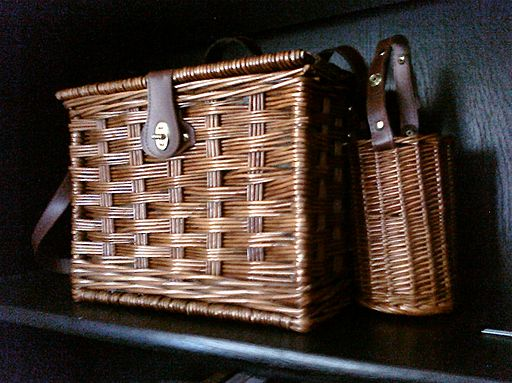 By https://twitter.com/adora (Flickr: Picnic basket) [CC-BY-SA-2.0 (https://creativecommons.org/licenses/by-sa/2.0)], via Wikimedia Commons
