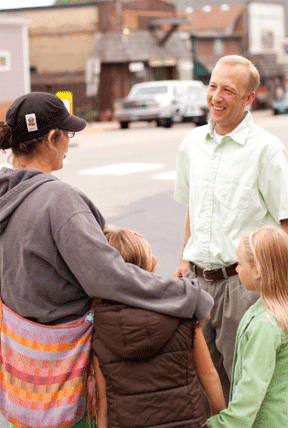 Ben Winchester talking to a young family. Photo courtesy of Univ of Minnesota Extension