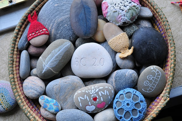 Basket of decorated rocks. Photo by julochka