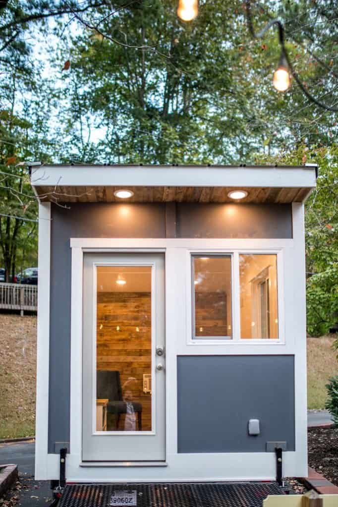 Charmant Exterior Of The Tiny Office On Wheels In A Sleek Modern Design